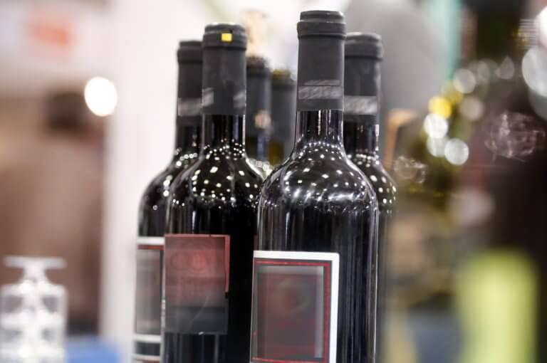 """Διαρρήκτες με… εκλεκτά γούστα! """"Εξαφάνισαν"""" εκατοντάδες φιάλες παλαιού κρασιού στη Γουμένισσα"""