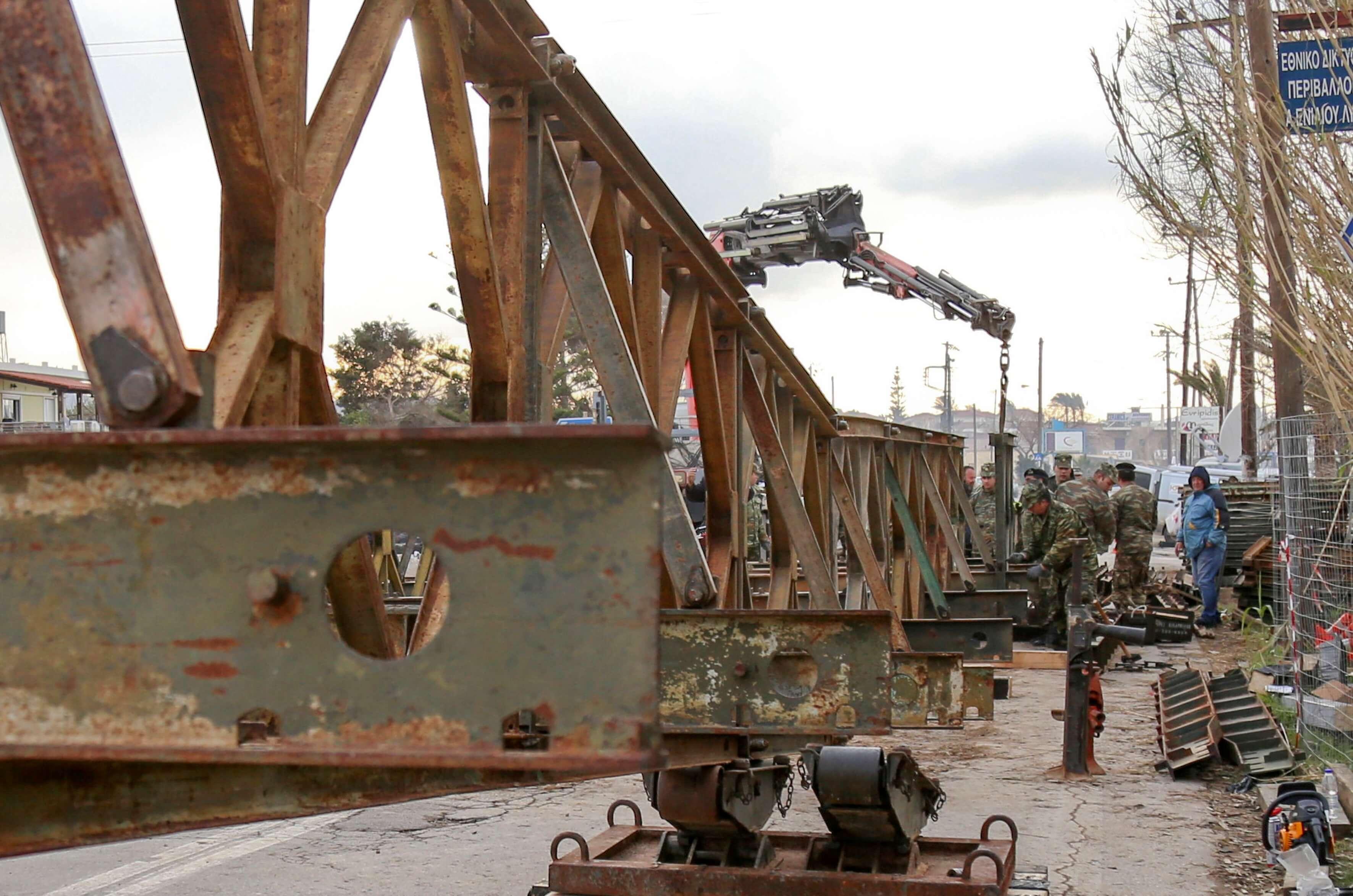 Χανιά: Δόθηκε στην κυκλοφορία η γέφυρα που τοποθέτησαν οι Ένοπλες Δυνάμεις στον Πλατανιά