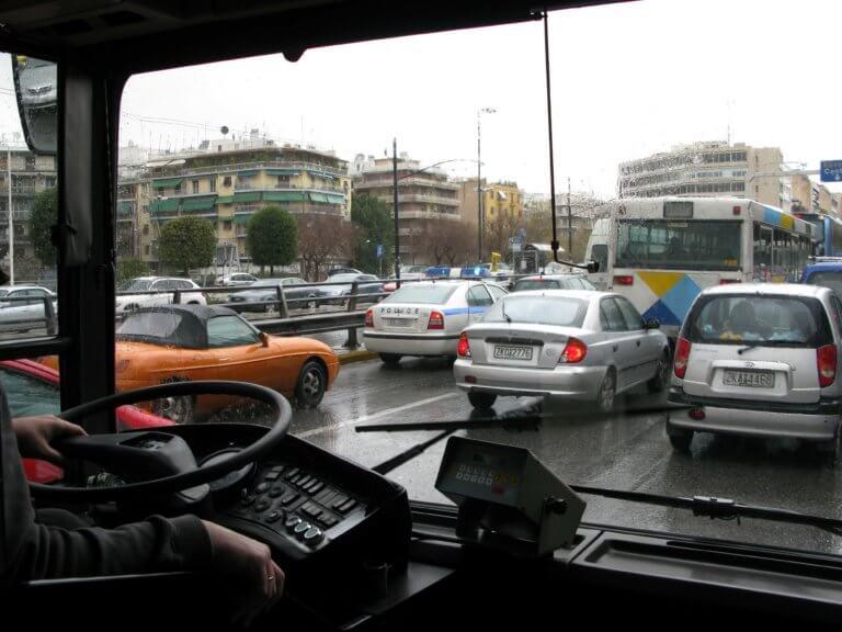 Θεσσαλονίκη: Πήδηξε από το παράθυρο του λεωφορείου – Σκηνές απείρου κάλλους εν κινήσει!