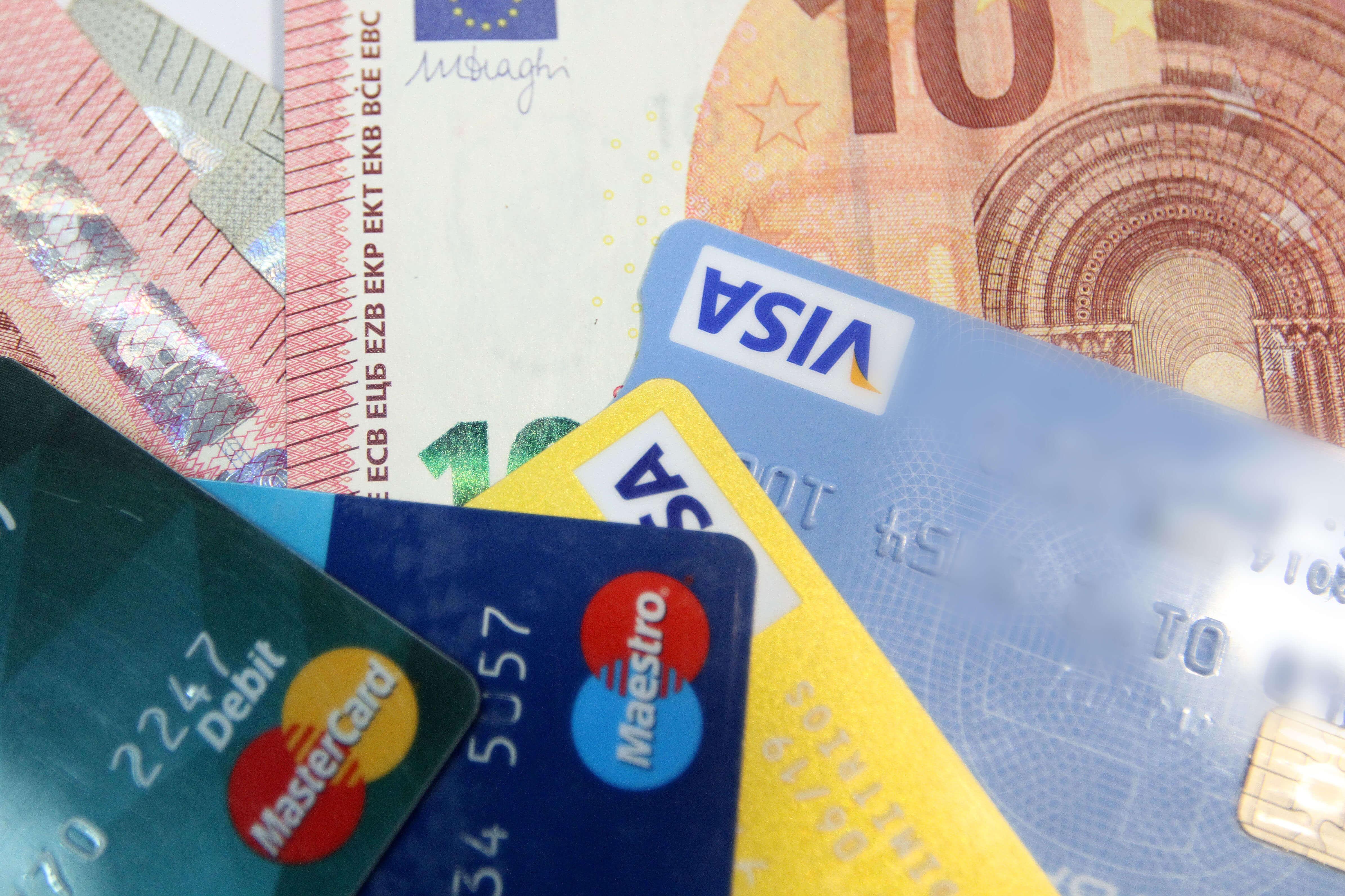 """""""Έκρηξη"""" χρεωστικών καρτών στην Ελλάδα - 540.000 μόνο το πρώτο εξάμηνο του 2019!"""