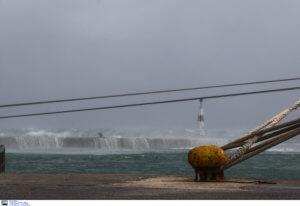 Καιρός: Σαρώνουν τη χώρα οι ισχυροί άνεμοι – Προβλήματα σε ακτοπλοϊκά δρομολόγια