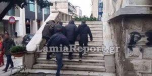 Λαμία: Με κουκούλες και σκυμμένα κεφάλια στα δικαστήρια οι κατηγορούμενοι για τη ληστεία του εργολάβου – video