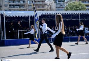 """Παρέλαση 25 Μαρτίου – Θεσσαλονίκη: Mαθητές γυρίζουν στην εξέδρα των επισήμων και τραγουδούν το """"Μακεδονία ξακουστή"""" – video"""
