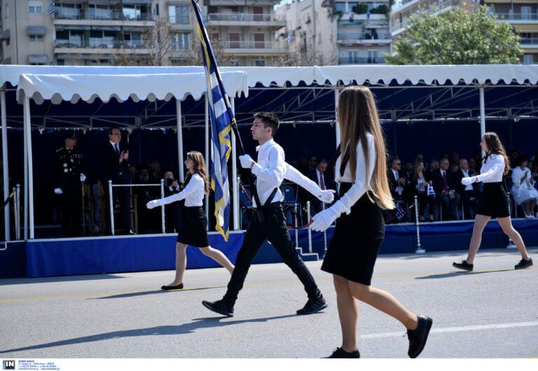 Παρέλαση 25 Μαρτίου – Θεσσαλονίκη: Mαθητές γυρίζουν στην εξέδρα των επισήμων και τραγουδούν το «Μακεδονία ξακουστή» – video