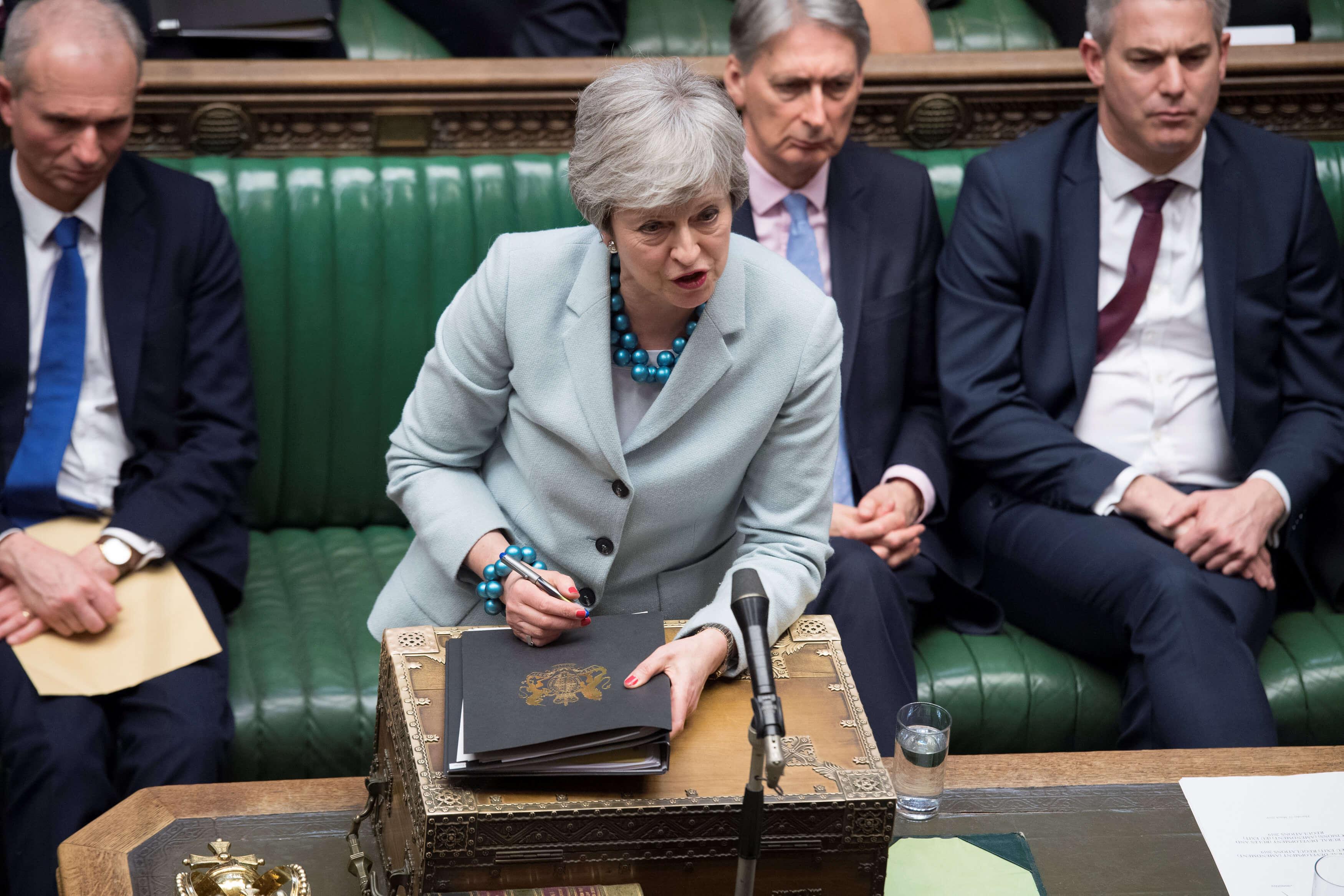 Brexit: Γράφουν σβήνουν την παραίτηση της Τερέζα Μέι!