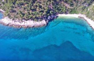 Παραλία – διαμάντι λίγα χιλιόμετρα από την Αθήνα – Αυτό είναι το Μικρό Πήλιο της Αττικής