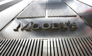 Αναβάθμιση από τη Moody's με καρφιά για κατώτατο μισθό και κόκκινα δάνεια