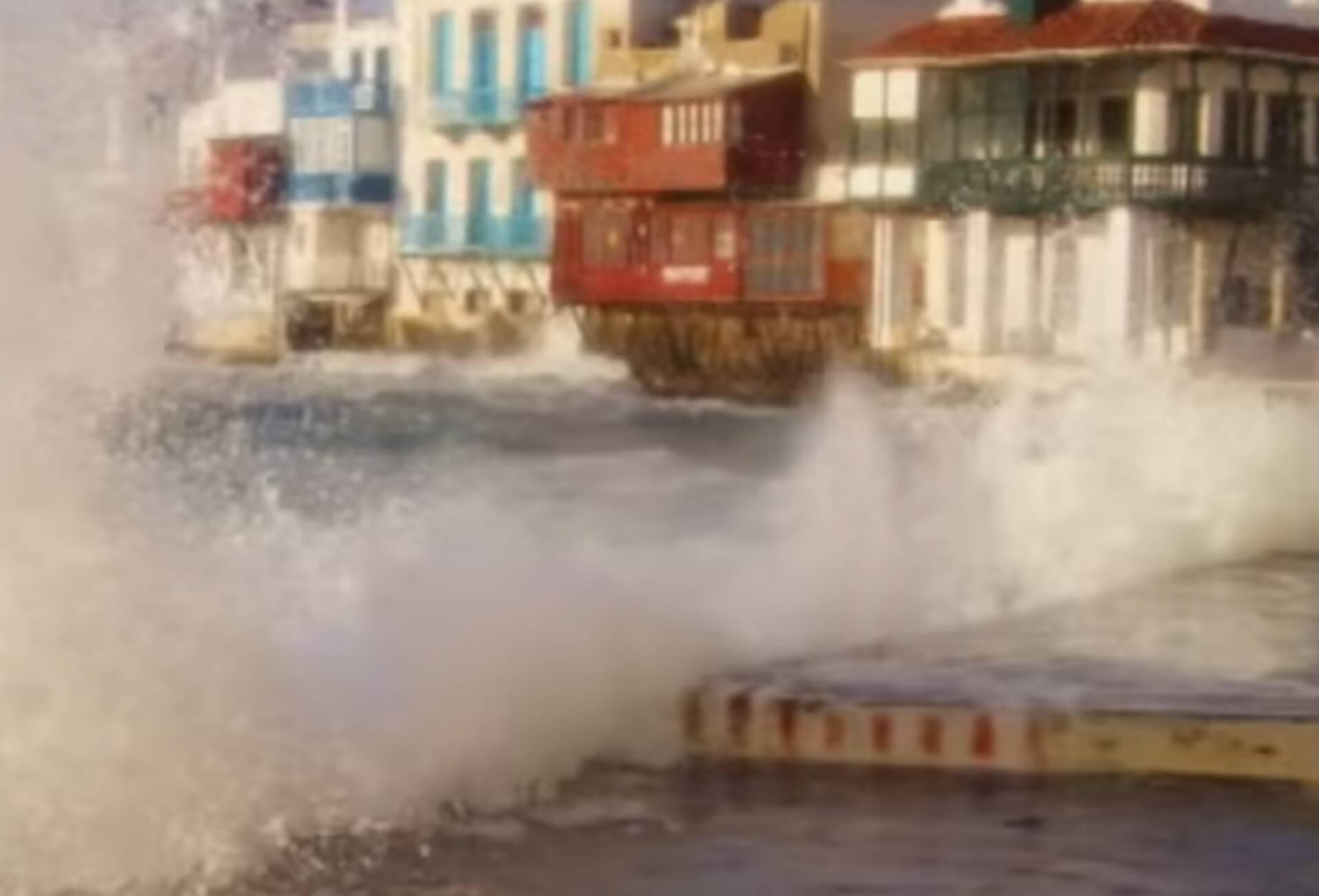 """Μύκονος: Οι στιγμές που κύματα """"καταπίνουν"""" τη Μικρή Βενετία – Χάθηκε ο ορίζοντας – video"""
