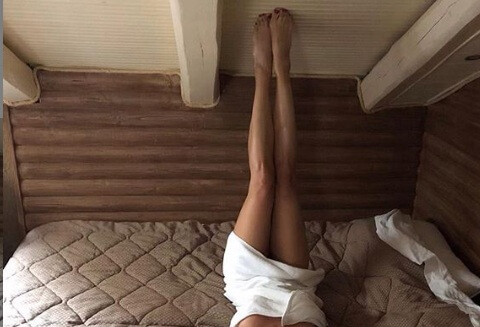 Γνωστή Ελληνίδα ποζάρει στο κρεβάτι της μόνο με μια… μικροσκοπική πετσέτα! [pic]