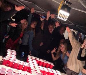 Σάλος στην Καλιφόρνια: Μαθητές χαιρετούν ναζιστικά πάνω από σβάστικα φτιαγμένη από ποτήρια…