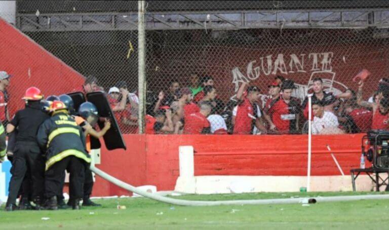 Συμπλοκές αστυνομίας και οπαδών στην Αργεντινή! Πέταξαν μέχρι και καζανάκια – video