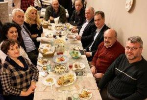 Σύρος: Το δείπνο του Νίκου Παπανδρέου – Πόζαρε χαλαρός και χαμογελαστός με συνεργάτες!