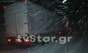 Φθιώτιδα: Νύχτα κόλαση για οδηγούς στον δρόμο Λαμίας – Δομοκού – Δίπλωσαν 30 νταλίκες στα χιόνια [pics, video]