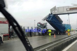 Γέφυρα Ρίου – Αντιρρίου: Καρότσα καρφώθηκε σε πινακίδα λόγω του αέρα! [pics]