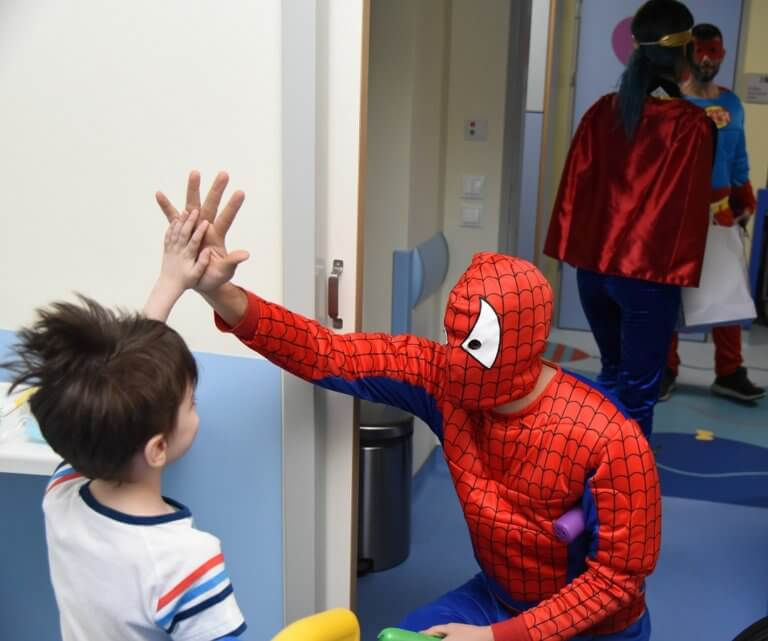 Αποκριάτικη γιορτή-έκπληξη από τον ΟΠΑΠ στα παιδιατρικά νοσοκομεία – Δώρα και χαμόγελα στα παιδιά
