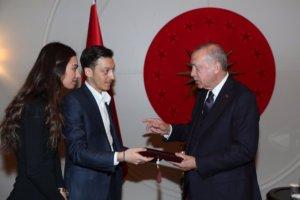 Επίσημος προσκεκλημένος στον γάμο του Μεσούτ Οζίλ ο Ερντογάν