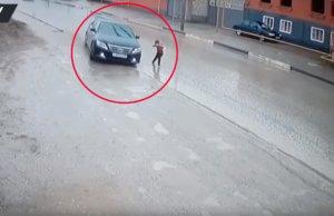 Ο ελιγμός του οδηγού έσωσε τη ζωή παιδιού – Εικόνες που σοκάρουν