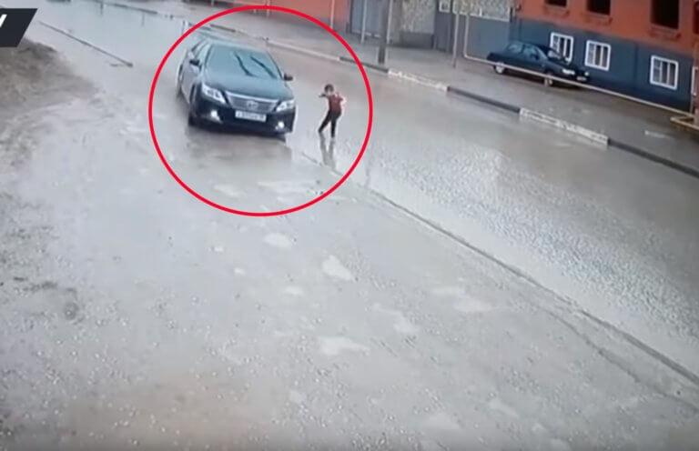 Ο ελιγμός του οδηγού έσωσε τη ζωή παιδιού – Εικόνες που σοκάρουν | Newsit.gr