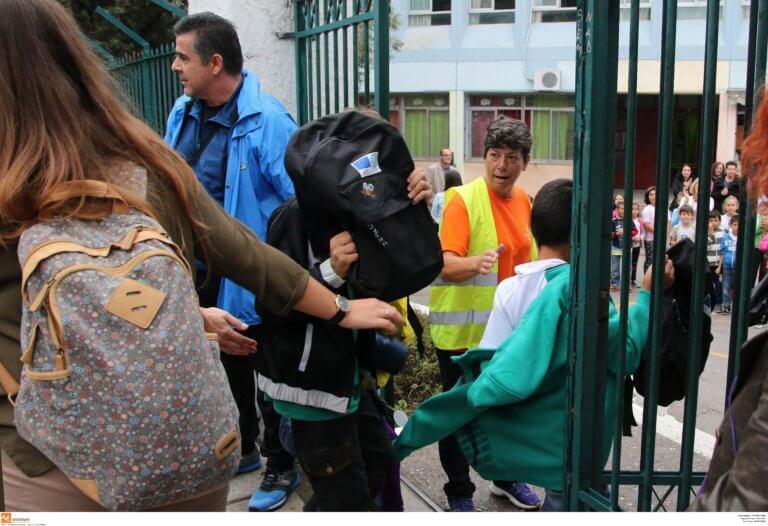 Σάμος: Υποδέχονται με αποχή τα 14 προσφυγόπουλα στο σχολείο τους – Καζάνι που βράζει το Βαθύ!