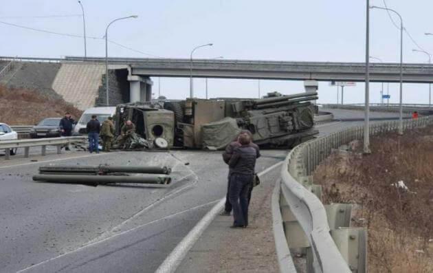 """""""Τουμπάρισε"""" στρατιωτικό όχημα στη Ρωσία – """"Έφυγαν"""" οι πύραυλοι μέσα στη λεωφόρο! [vid]"""