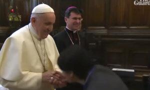 Τι υποστηρίζει ο Πάπας Φραγκίσκος για… την άρνησή του να του φιλήσουν το χέρι!