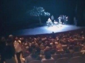 Θεσσαλονίκη: Σκοταδισμός σε θέατρο – Η στιγμή που διακόπτουν την παράσταση και τα βάζουν με ηθοποιό – video