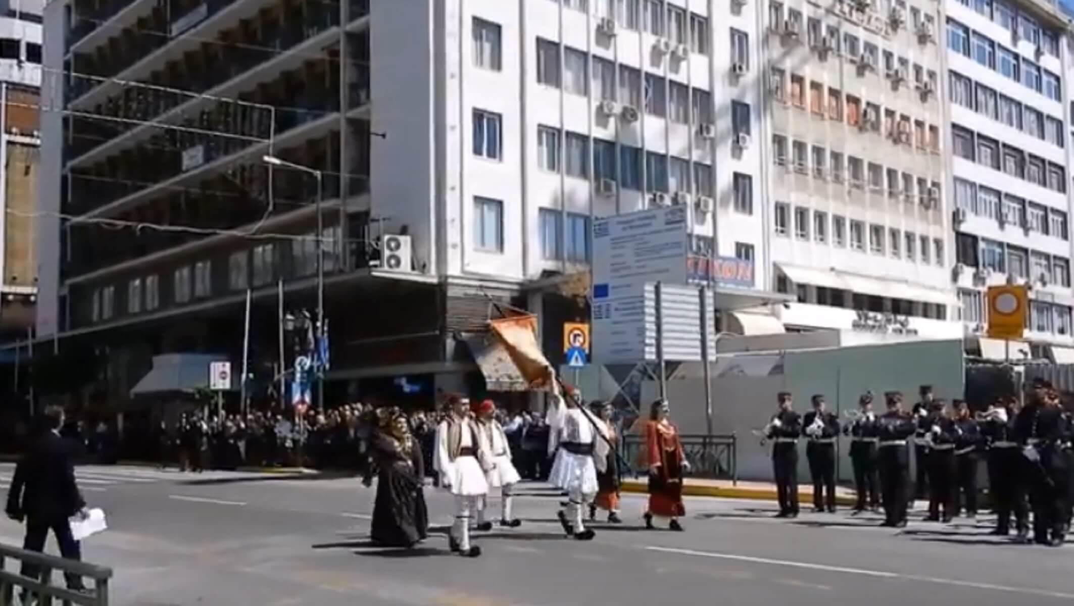 """Παρέλαση 25 Μαρτίου: Η στιγμή που παιάνισε το """"Μακεδονία ξακουστή"""" η φιλαρμονική Πειραιά"""