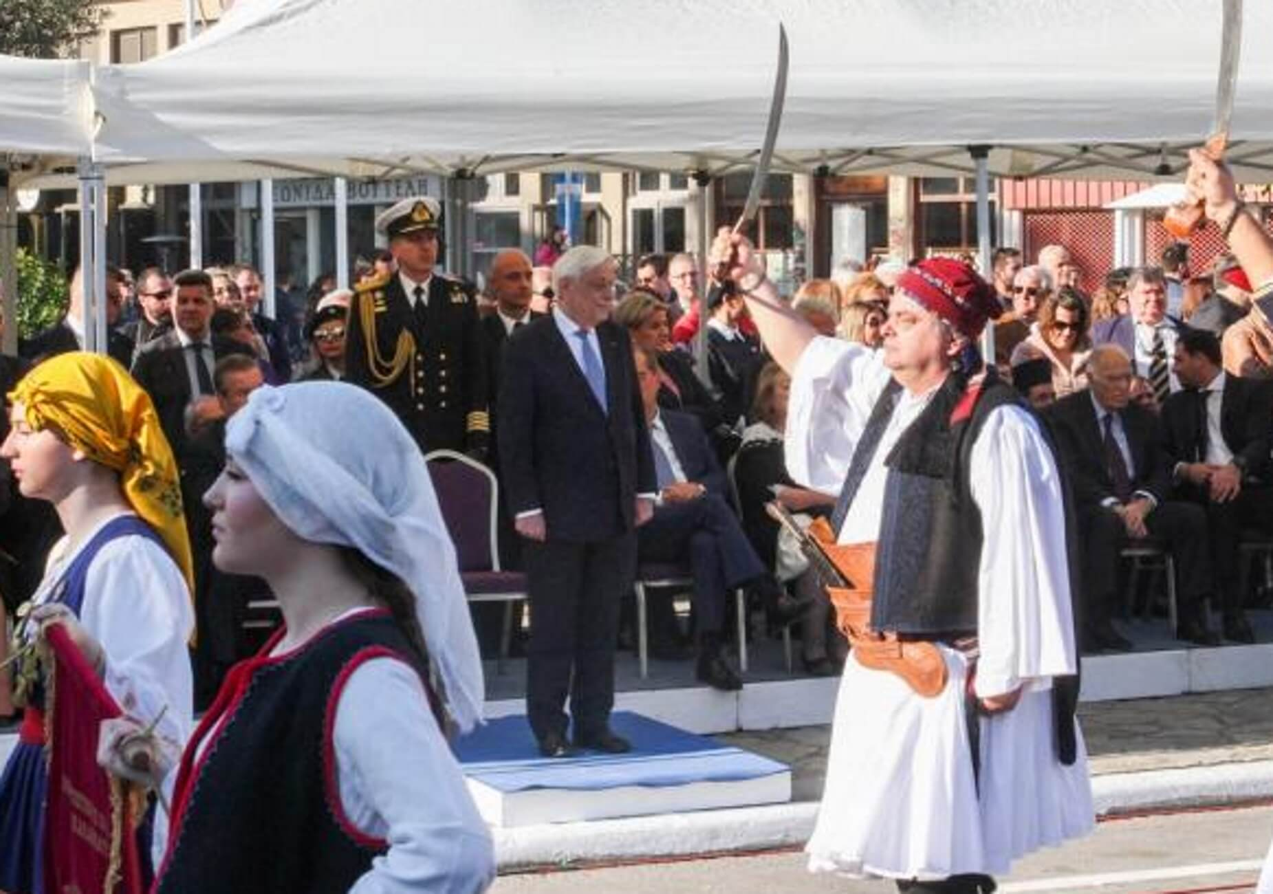 """Καλαμάτα: Εντολή Παυλόπουλου για το """"Μακεδονία ξακουστή"""" – Οι εικόνες και οι αντιδράσεις του κόσμου – video"""