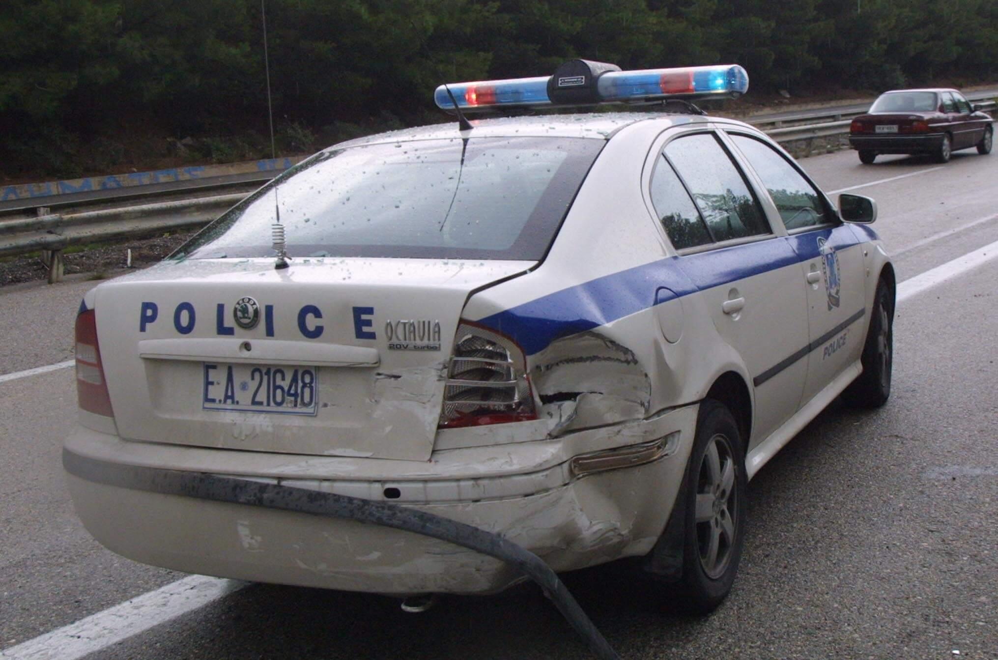 Ηράκλειο: Ενέδρα σε αστυνομικούς που πήγαν να βοηθήσουν κατάκοιτο άντρα – Γυαλιά καρφιά το περιπολικό!