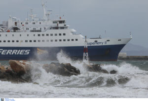 Απαγορευτικό απόπλου: Θυελλώδεις άνεμοι κρατούν δεμένα τα πλοία!