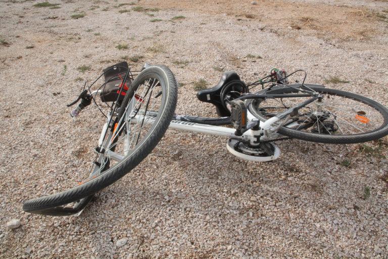 Εύβοια: Αυτοκίνητο παρέσυρε ανήλικο ποδηλάτη – Στο νοσοκομείο το τραυματισμένο παιδί – video