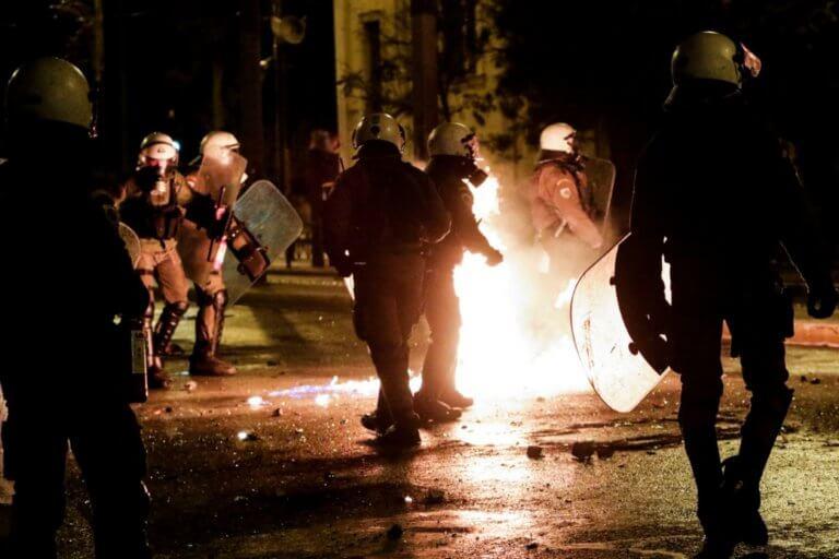 Βροχή μολότοφ κατά αστυνομικών στην Πατησίων – Τραυματίας αστυνομικός!