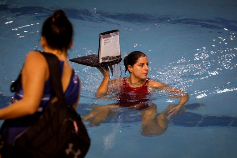 Πόλο – επεισόδια: Παίκτριες βουτούν στην πισίνα για… να πιάσουν τα λάπτοπ [pics] | Newsit.gr