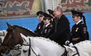 Ο Πούτιν πήγε για… ιππασία με γυναίκες αστυνομικούς! [pics]