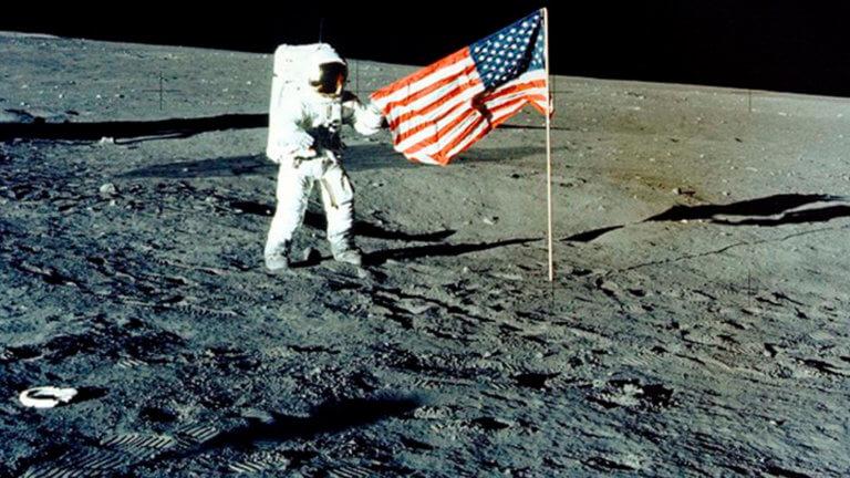 Πενς: Οι Αμερικανοί αστροναύτες θα ξαναπατήσουν στην Σελήνη