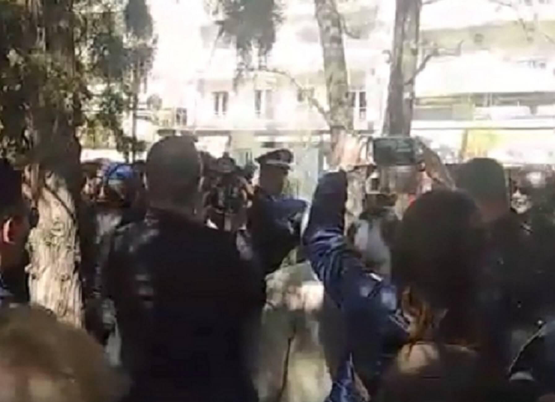 """25 Μαρτίου – Σέρρες: """"Να πάτε να πληρωθείτε από τον Ζάεφ"""" – Οι στιγμές έντασης στην κατάθεση στεφάνων – video"""