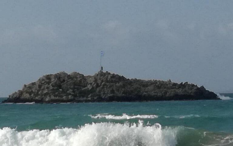 """Κρήτη: Κολύμπησε μέχρι το νησάκι για να αλλάξει την ελληνική σημαία – """"Στη μνήμη των αγωνιστών μας"""" [pics, video]"""