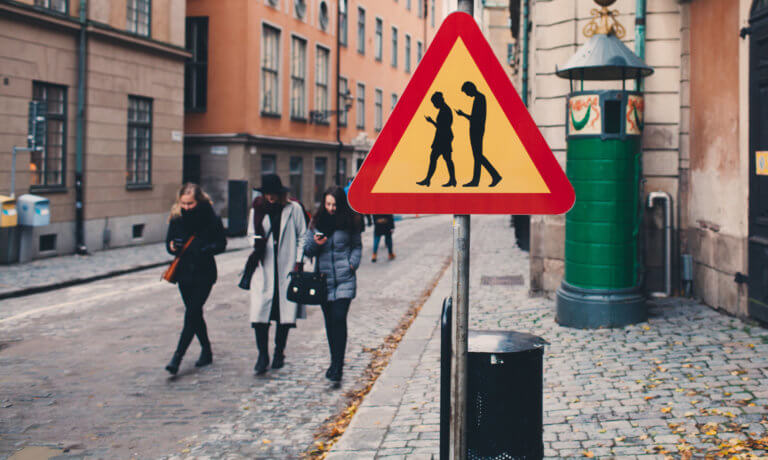 Τι είναι τα smombies και πως επηρεάζουν την οδική ασφάλεια;