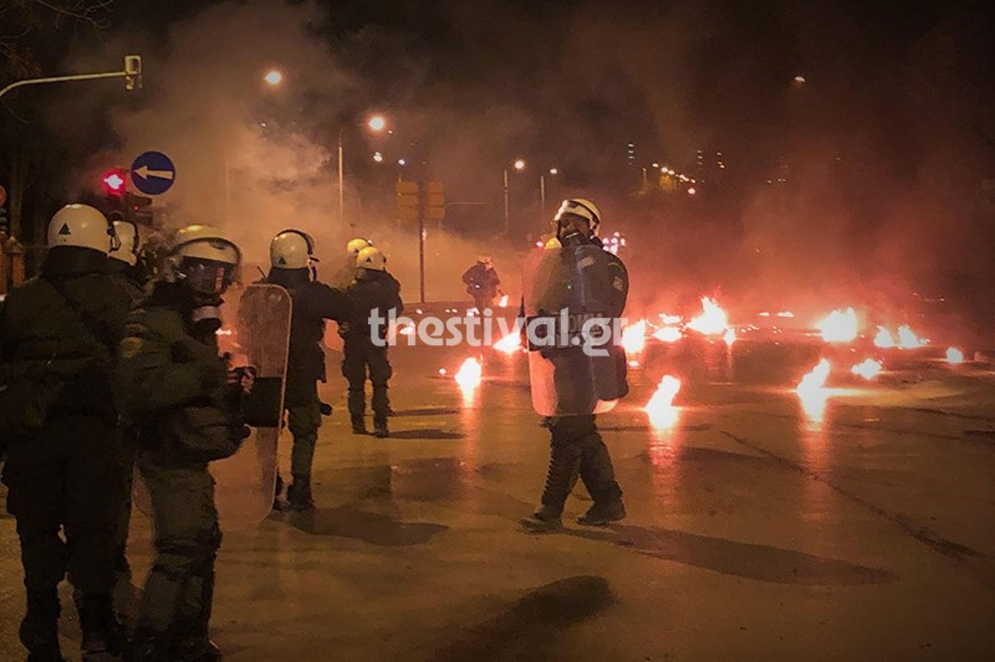 «Βροχή» από μολότοφ και δακρυγόνα στη Θεσσαλονίκη – Πέταξαν 100 μολότοφ, έκαψαν αυτοκίνητα