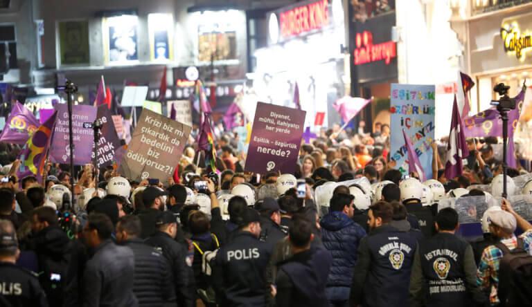 Επεισόδια και δακρυγόνα στην διαδήλωση για τα δικαιώματα των γυναικών στην Κωνσταντινούπολη | Newsit.gr