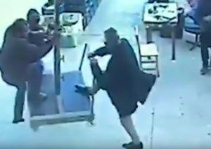 Απίστευτο βίντεο: Έπιασε την ομπρέλα κι άρχισε να πετάει! Πήδηξε από τα 4 μέτρα για να σωθεί