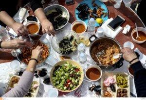 Βόλος: Το δείπνο της οικογένειας βάφτηκε με αίμα – Μαχαίρωσε τον γιο του με κουζινομάχαιρο!