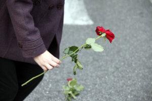 Λαμία: Τελευταίο αντίο στη νεαρή μητέρα – Τραγικές φιγούρες τα τρία παιδιά της που έμειναν ορφανά!