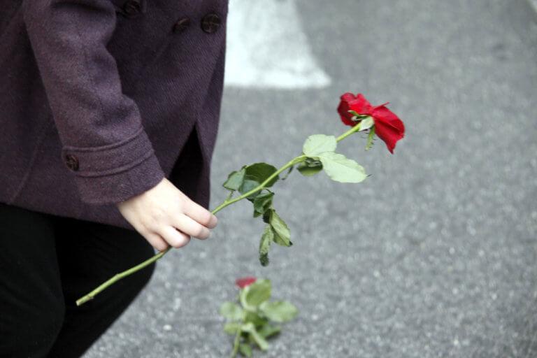 Λαμία: Τελευταίο αντίο στη νεαρή μητέρα – Τραγικές φιγούρες τα τρία παιδιά της που έμειναν ορφανά! | Newsit.gr