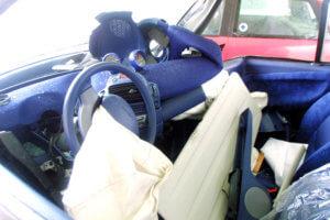 Θεσσαλονίκη: Αυτοκίνητο καρφώθηκε σε τοίχο – Έπαθαν σοκ όταν άνοιξαν το πορτ μπαγκάζ!