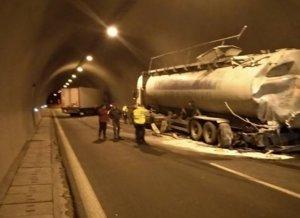 Εγνατία Οδός: Σοβαρό τροχαίο σε τούνελ – Σύγκρουση νταλίκας με μπετονιέρα διέκοψε την κυκλοφορία [pics]