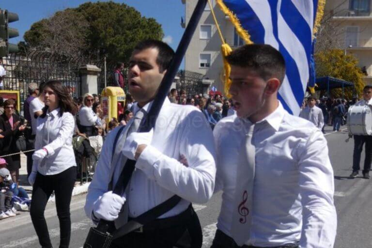 25 Μαρτίου – Κρήτη: Ο τυφλός σημαιοφόρος της παρέλασης [pics]