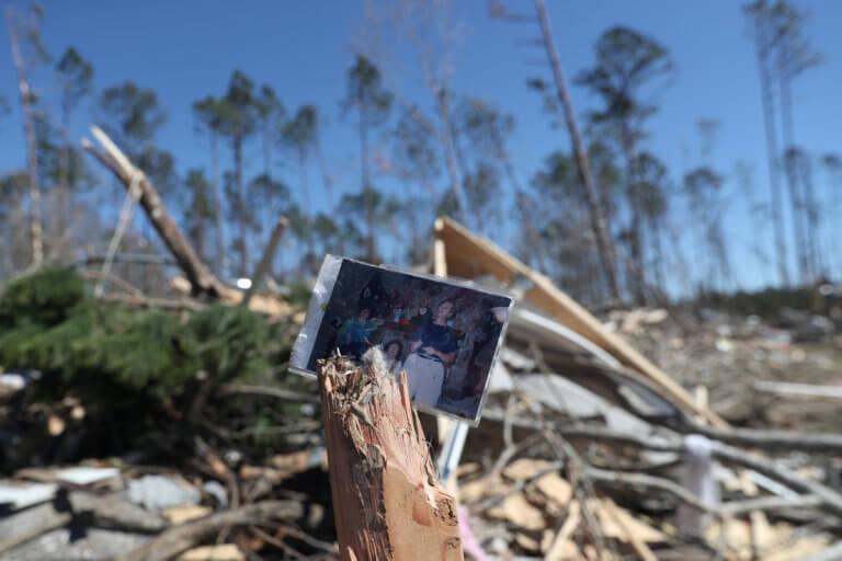 ΗΠΑ: Άφησε μόνο συντρίμμια το κύμα ανεμοστρόβιλων – 7 αγνοούμενοι [pics]