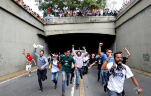 Βενεζουέλα… διχασμένη! Αντικυβερνητική και φιλοκυβερνητική συγκέντρωση στο Καράκας! video, pics