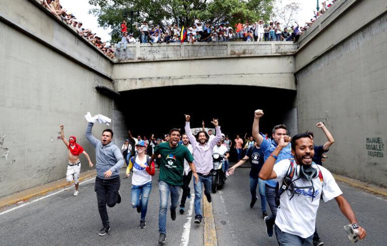 Βενεζουέλα… διχασμένη! Αντικυβερνητική και φιλοκυβερνητική συγκέντρωση στο Καράκας! video, pics | Newsit.gr